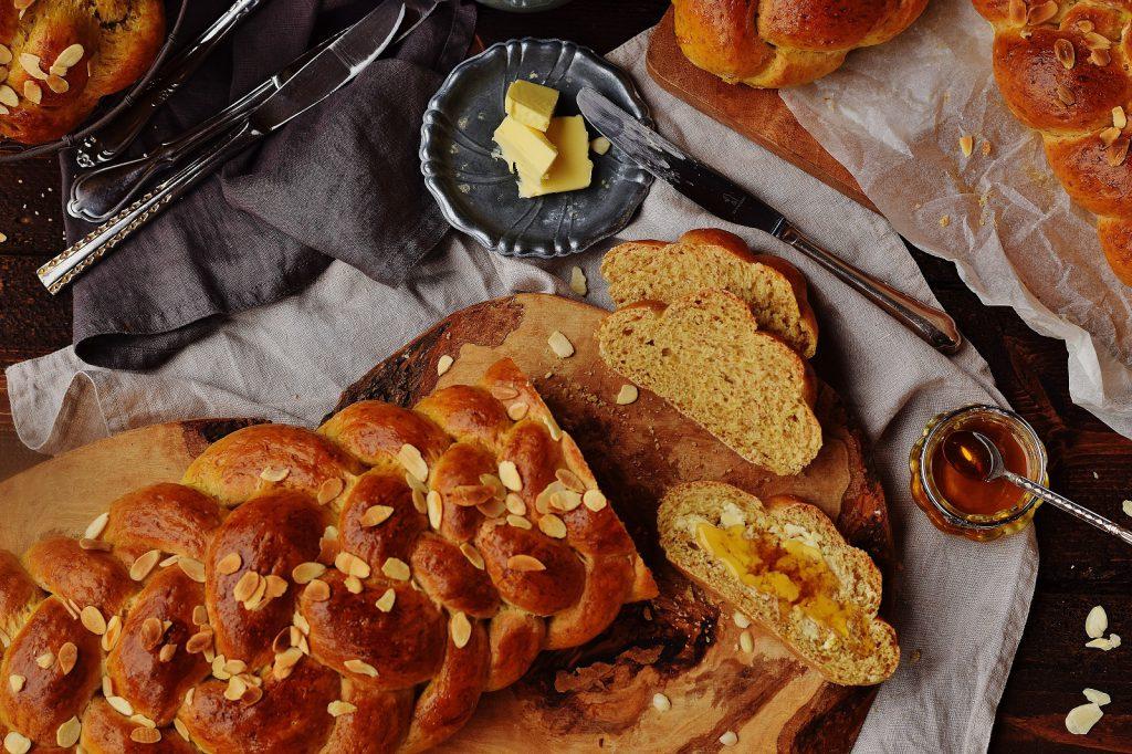 Gesunder saftiger Dinkelstriezel mit Butter und Honig
