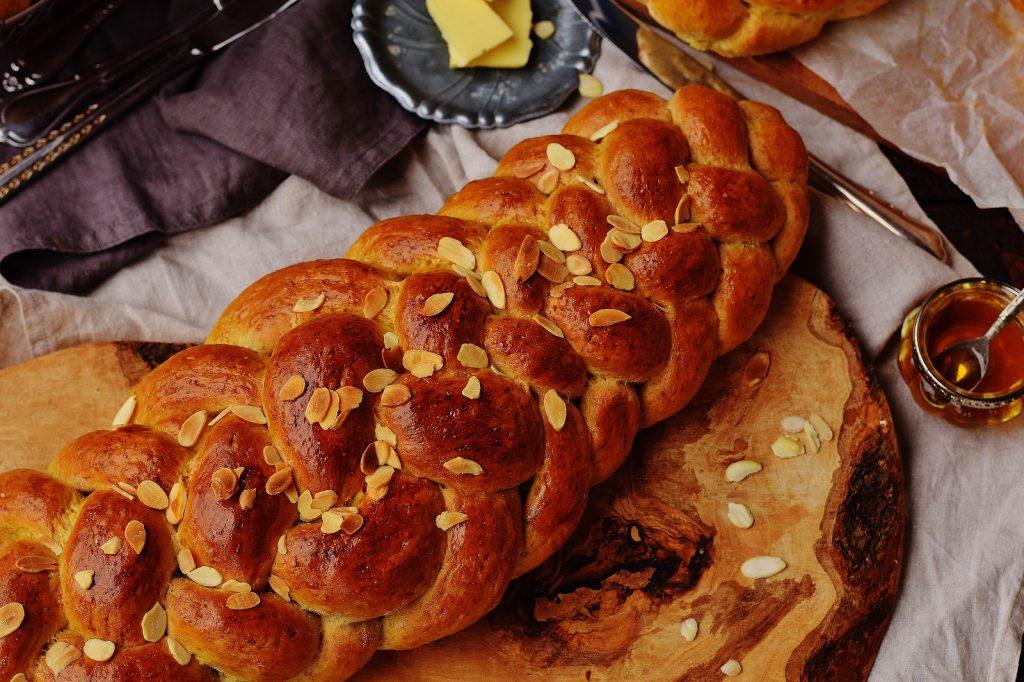Gesunder Dinkel-Striezel mit Butter und Honig