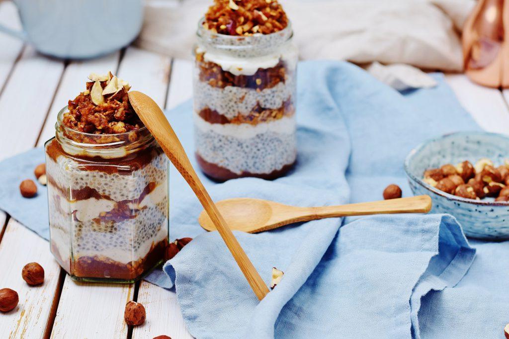 Apfelstrudel Chia Pudding mit Apfelmus, Joghurt und Granola (vegan)