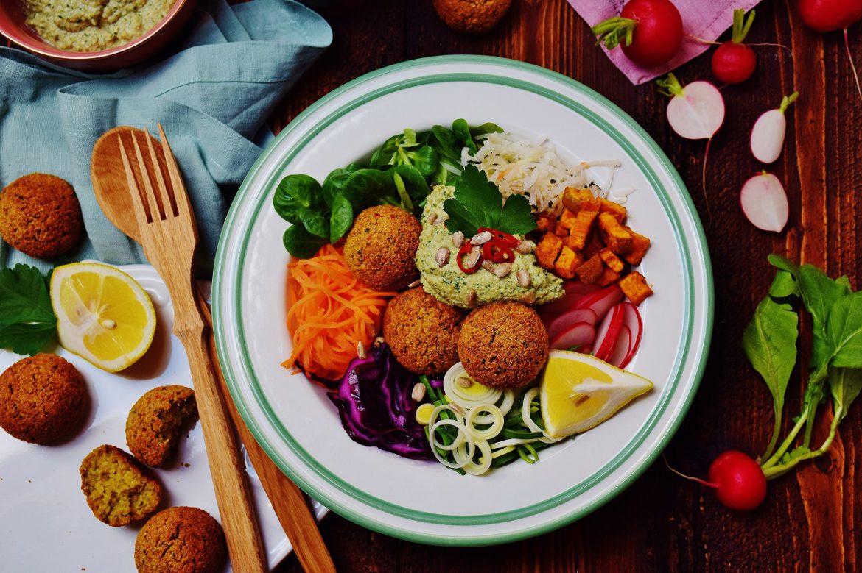 Falafel Bowl mit Falafel aus dem Backofen, Wintergemüse und Sonenblumenkern-Dip