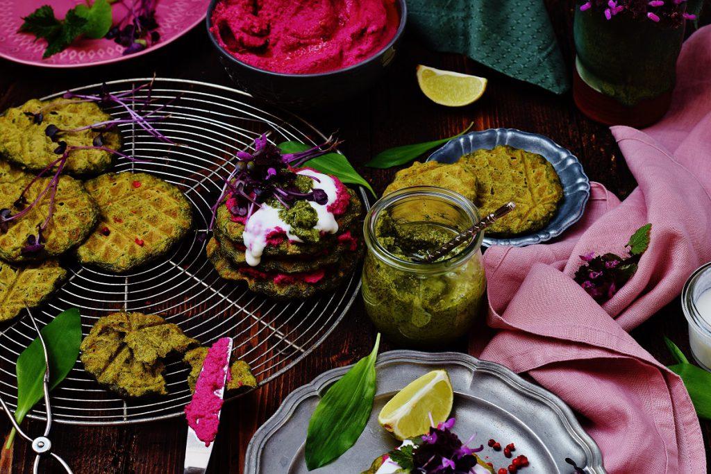 Bärlauchwaffeln mit Rote Rüben-Hummus - vegan