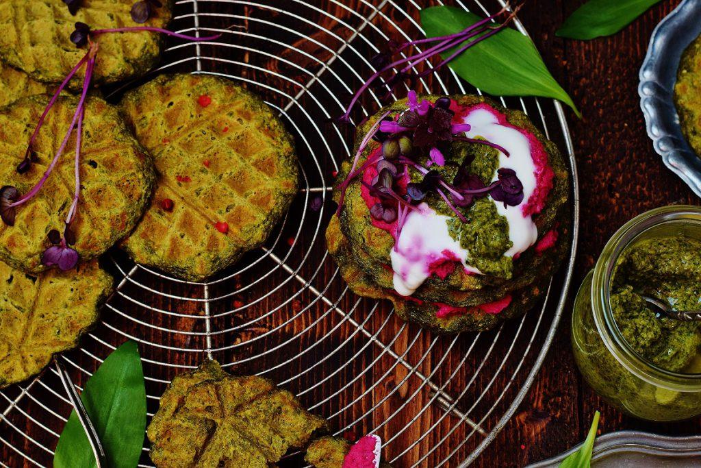 Bärlauchwaffeln mit Hummus und Kräuterpesto - vegan