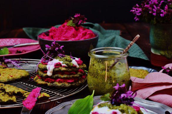 Bärlauchwaffeln mit Wildkräuter-Pesto und Rote Rüben-Hummus