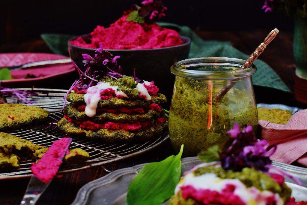Bärlauchwaffeln - vegan - mit Hummus und Pesto