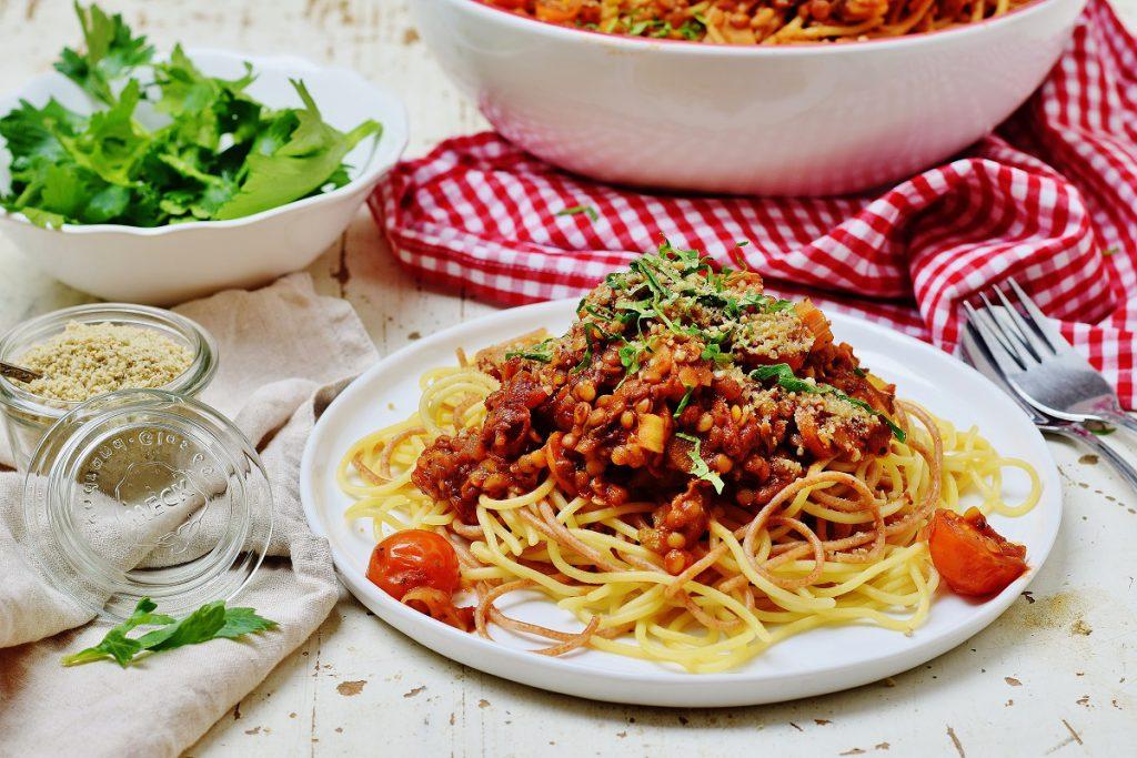 Linsen-Bolognese mit Parmesan: vegan