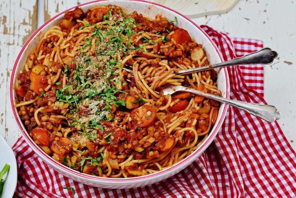 Linsen-Bolognese mit Pasta und Parmesan - vegan
