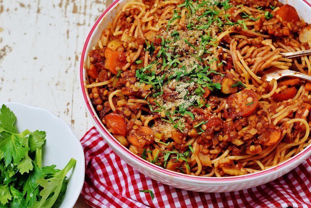 Nudeln mit Linsen-Bolognese und Parmesan - vegan