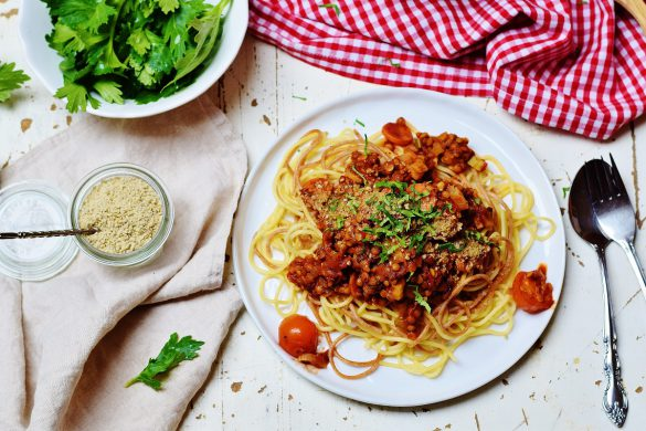 Vegane Linsen-Bolognese mit falschem Parmesan