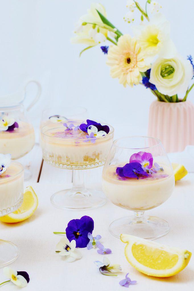 Fettarme Zitronen-Panna Cotta - Rezept mit Veilchen