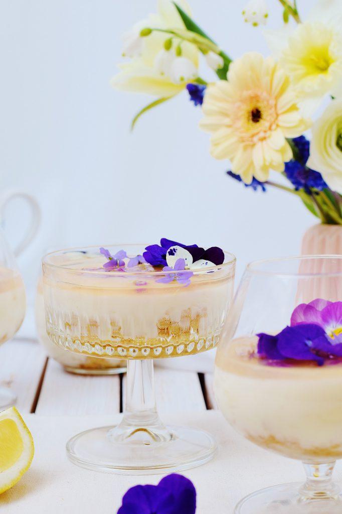 Zitronen-Panna Cotta mit Joghurt und Veilchen-Gelee ohne Gelatine