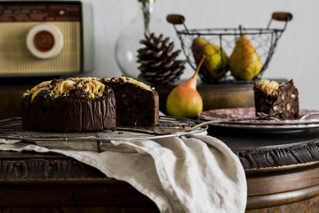 Schoko-Birnen-Kuchen mit Buchweizen und Haselnüssen