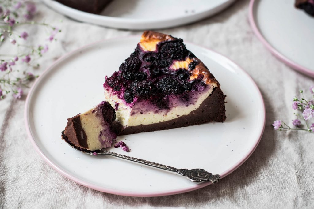 Cremiger Brownie-Cheesecake mit Beeren
