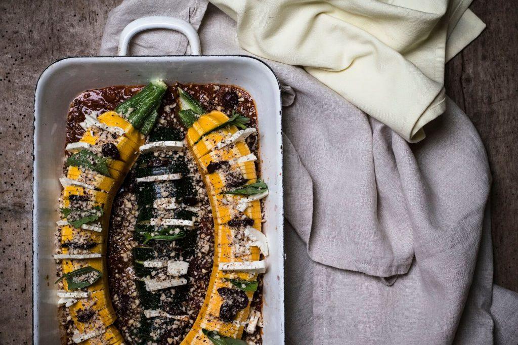 hasselback-zucchini-mit-feta-oliven-basilikum
