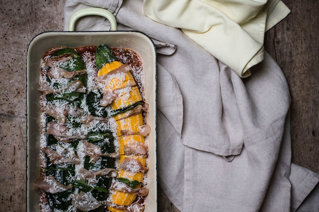 hasselback-zucchini-mit-karree-kaese-basilikum