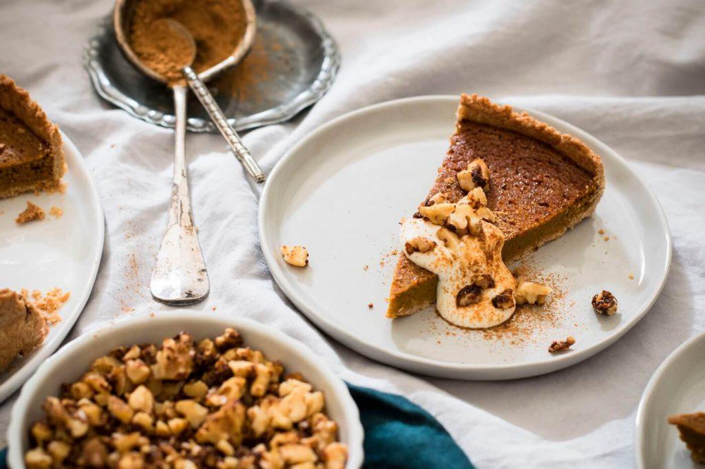 Gesunder Kürbis-Kuchen mit Sauerrahm und Nüssen